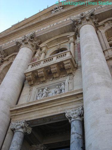 Halbsäule an der Fassade des Petersdoms in Rom