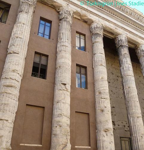 antike Säulenreste in neues römisches Haus integriert